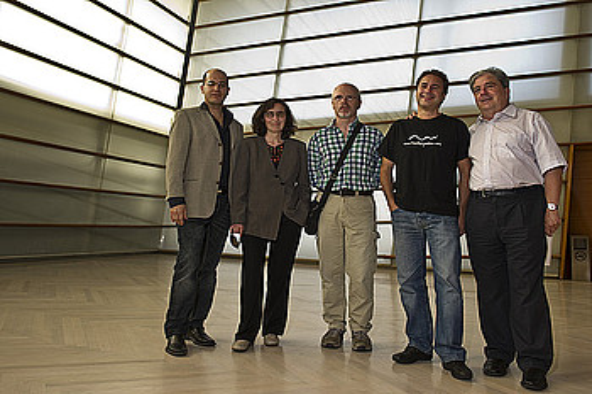 Alfonso Gomez, Sofia Martinez eta Ramon Lazkano, Hamabostaldiko antolatzaileekin. ©LANDER FDZ. ARROIABE / ARP