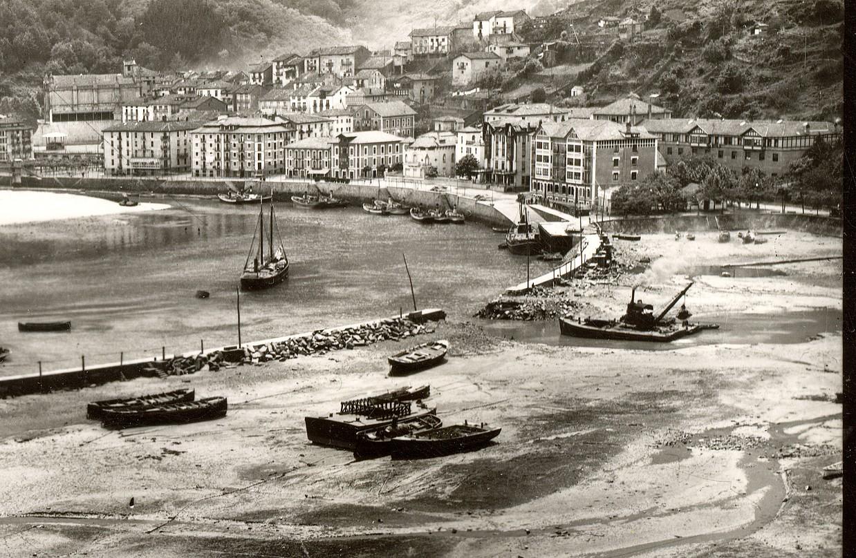 Portua handitzeko lanak 1903tik 1933ra arte geldi egon ziren. Irudian, handitzeko lanen une bat. / ONDARROAKO PORTUA