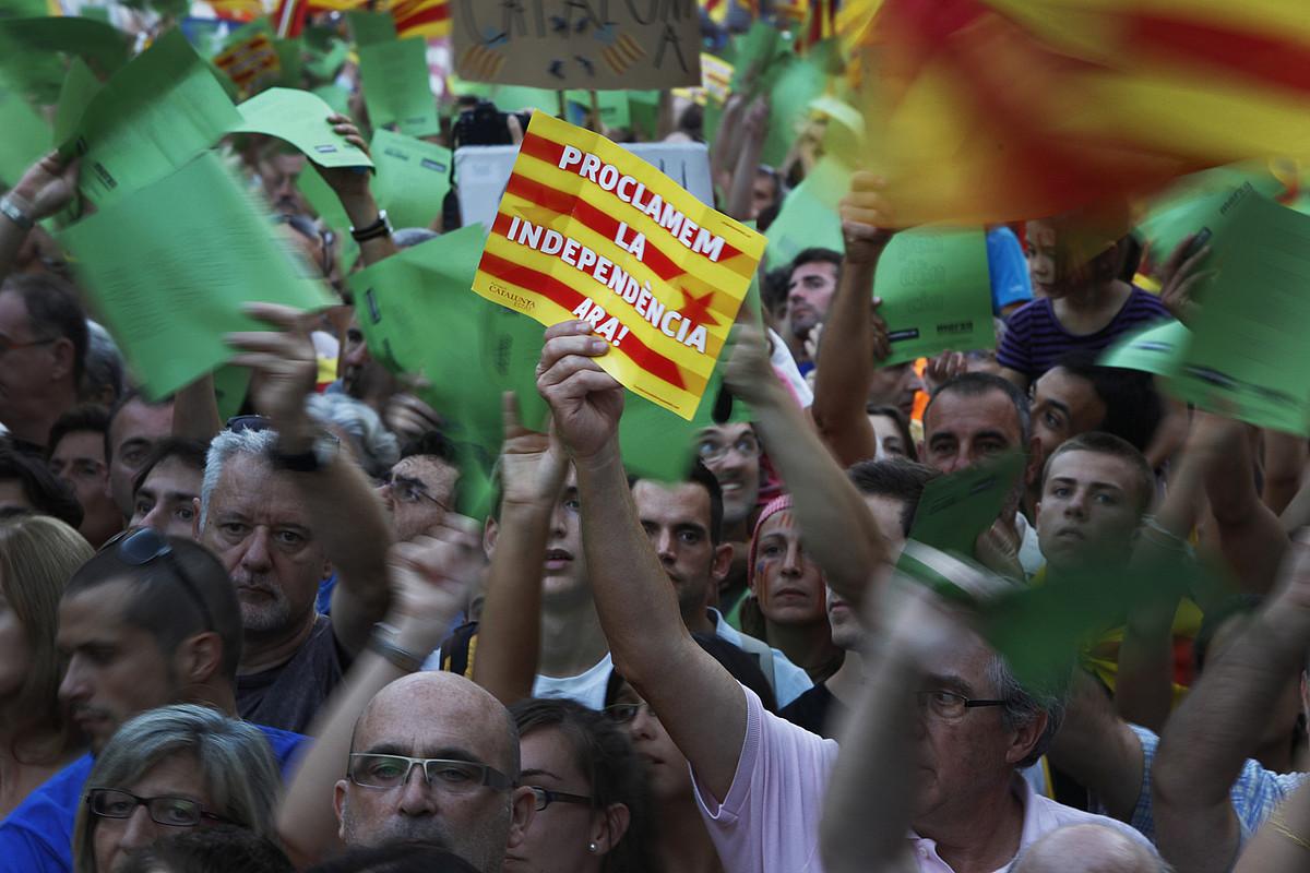 Bartzelonan Katalunia osotik bildutako jendea, Diada egunean, independentzia eske, atzo. / ORIOL CLAVERA / EFE