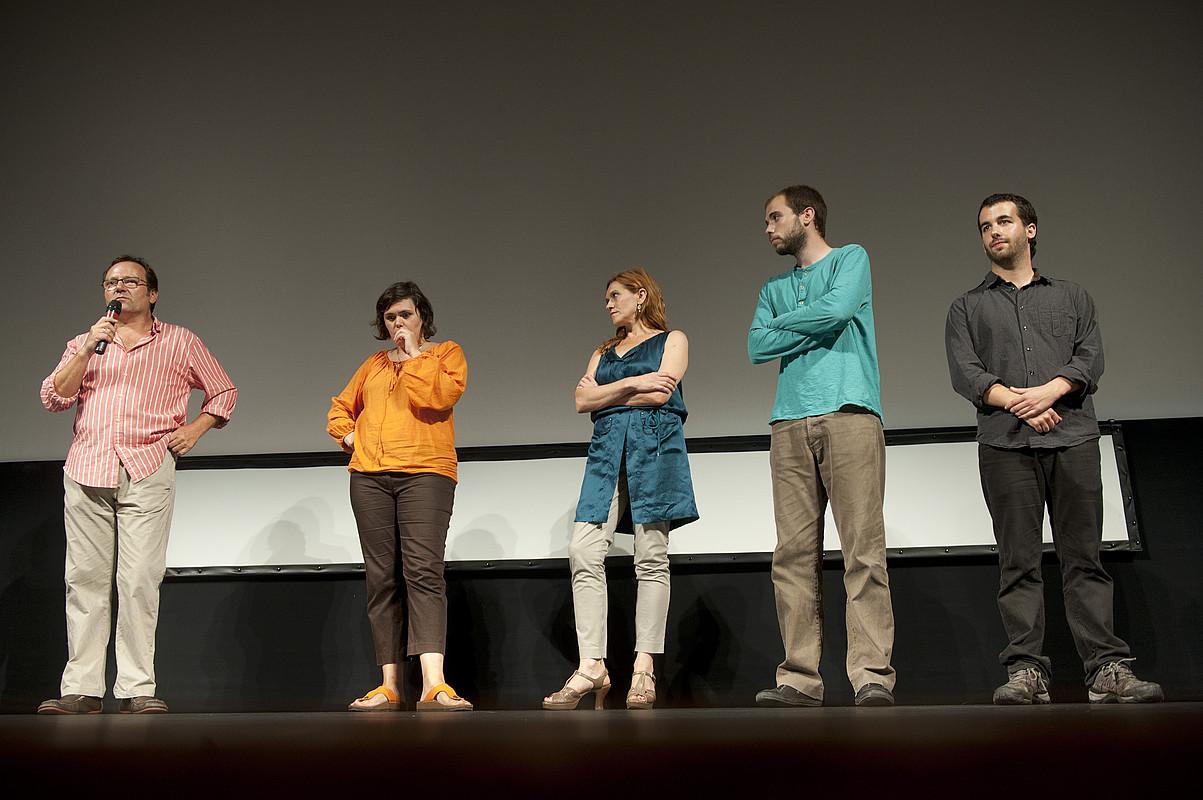 Eneko Olasagasti, Enara Goikoetxea, Mireia Gabilondo, Txaber Larreategi eta Josu Martinez, filma aurkezten, oholtza gainean. / JON URBE / ARGAZKI PRESS