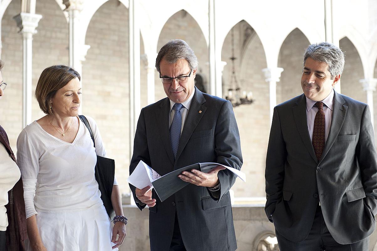 Carme Forcadell ANCko presidentea, Artur Mas Generalitateko presidentea, eta Francesc Homs  bozeramailea, atzo, gobernuko egoitzan. / GALDRIC PEÑEROJA