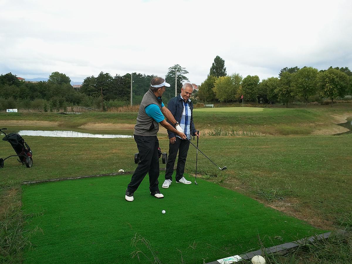 Jose Luis Korta, Kaikuko entrenatzailea, Xabier Euzkitze aurkezlearekin golfean, <em>Bisitaria</em> saioko lehen atalean. ©ETB