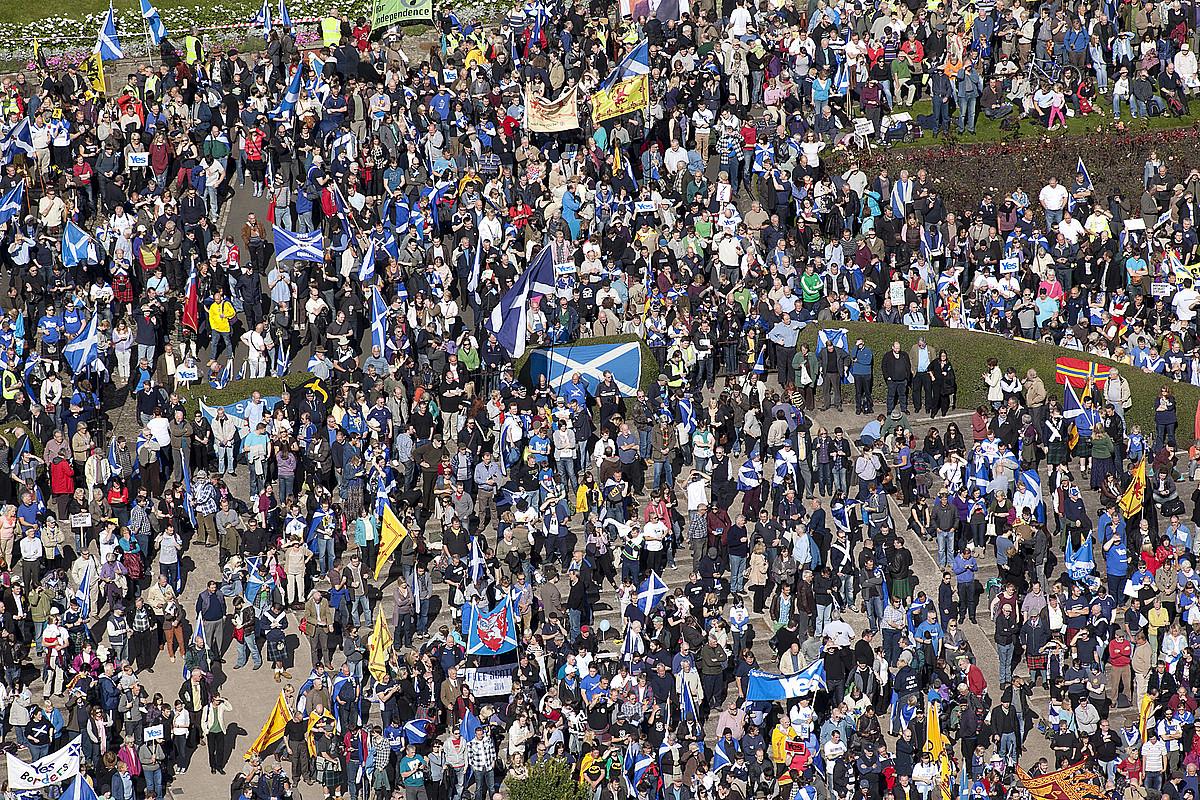 Manifestariak Edinburgo erdiguneko Princess Street lorategietan, <em>Independentzia Eskoziarentzat</em> lelopean egindako martxan, atzo. / ALISTAIR LINFORD