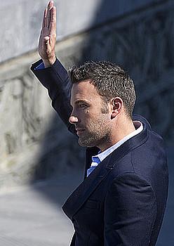 Ben Affleck zaleak agurtzen, atzo Donostian. / ANDONI CANELLADA / ARGAZKI PRESS