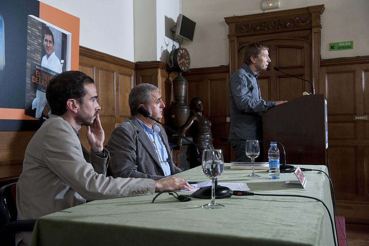 Iñaki Soto, Fermin Munarriz eta Rufi Etxeberria, atzo, Miramar jauregian, Otegiren elkarrizketa liburuaren aurkezpenean. / JON URBE / ARGAZKI PRES