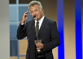 Dustin Hoffman 60. urteurreneko Donostia saria jasotzen. / IDOIA ZABALETA / ARP