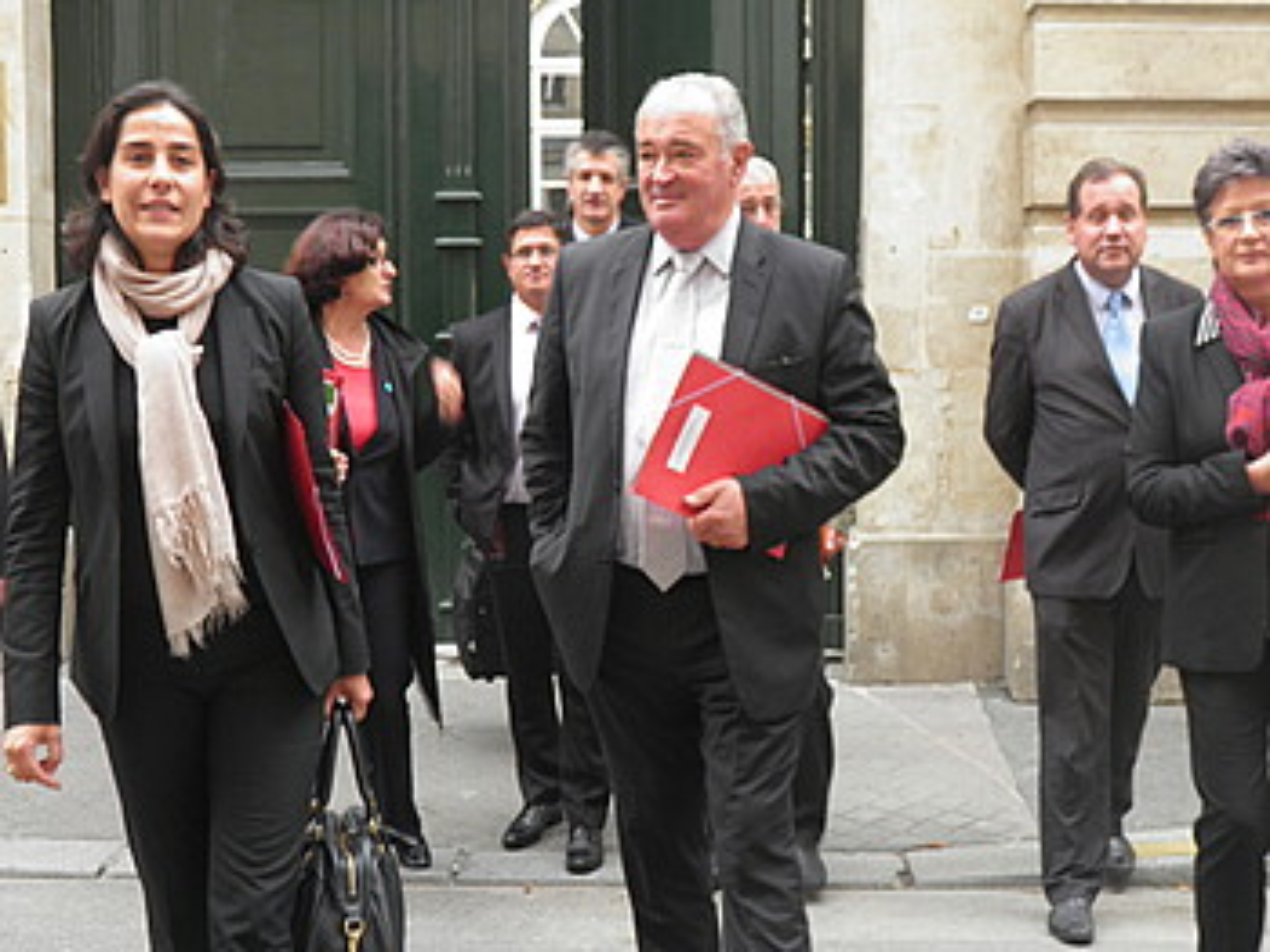 Ipar Euskal Herriko ordezkariak, atzo, Lebranchu ministroarekin izandako bileraren irteeran. / JENOFA BERHOKOIRIGOIN