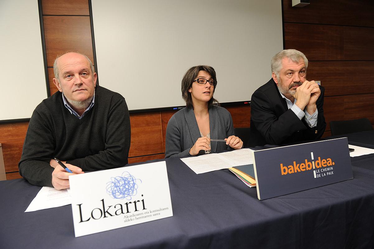 Ezkerretik hasita, Arzak (Lokarri), Funosas (Bake Bidea) eta Massias (Baionako Unibertsitatea). / GAIZKA IROZ