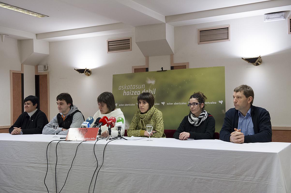 Sortzaileko eta Zukguako kideak, atzo Donostian egin zuten prentsaurrekoan. / GORKA RUBIO / ARGAZKI PRESS