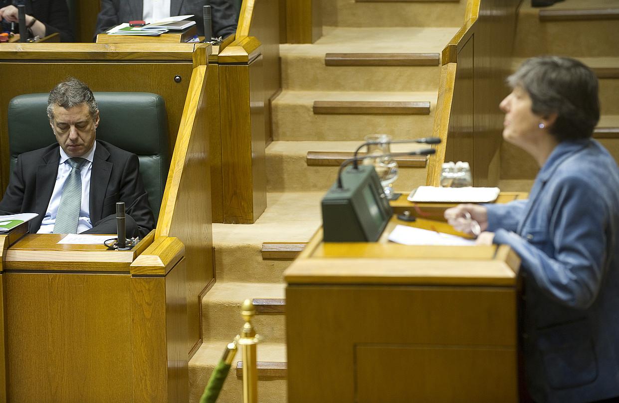 Iñigo Urkullu Eusko Jaurlaritzako lehendakaria eta Laura Mintegi EH Bilduko bozeramailea, Eusko Legebiltzarrean atzo eginiko saioan. / RAUL BOGAJO / ARGAZKI PRESS