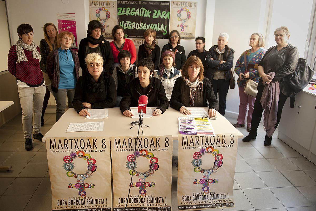 Talde feministek Martxoaren 8ra begira egin duten hausnarketaren berri ematen, atzo. / GARI GARAIALDE / ARGAZKI PRESS