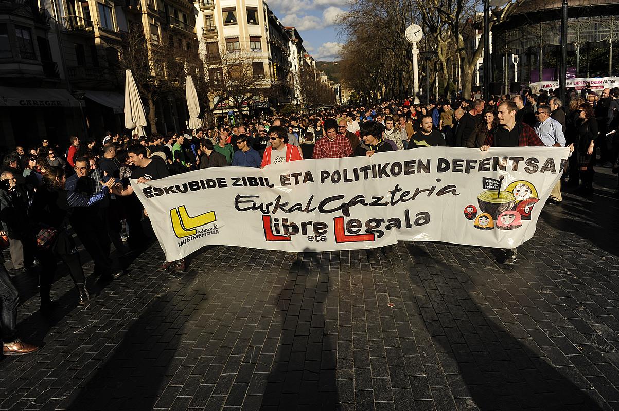 <em>Euskal gazteria libre eta legala</em> lelopean Donostiako gazte auzipetuen alde atzo egin zuten manifestazioaren hasiera. / GARI GARAIALDE / ARGAZKI PRESS