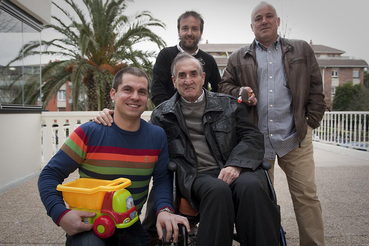Urbieta musikari eta irakaslearen alboan, ezkerretik eskuinera: Eneko Olarra, Jon Ugalde eta Mikel Biain ikasle ohiak.