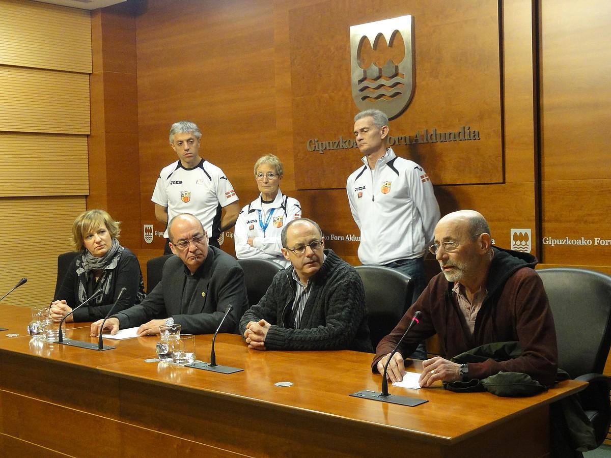 Ikerne Badiola, Martin Garitano, Juan Karlos Izagirre eta Antxon Basurko atzoko agerraldian. ©GIPUZKOAKO ALDUNDIA