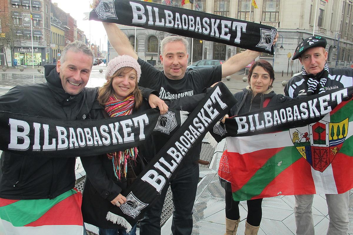 Uxue Bilbo Basketeko jarraitzaile batzuk, atzo, Charleroiko hirigunean. ©IMANOL MAGRO