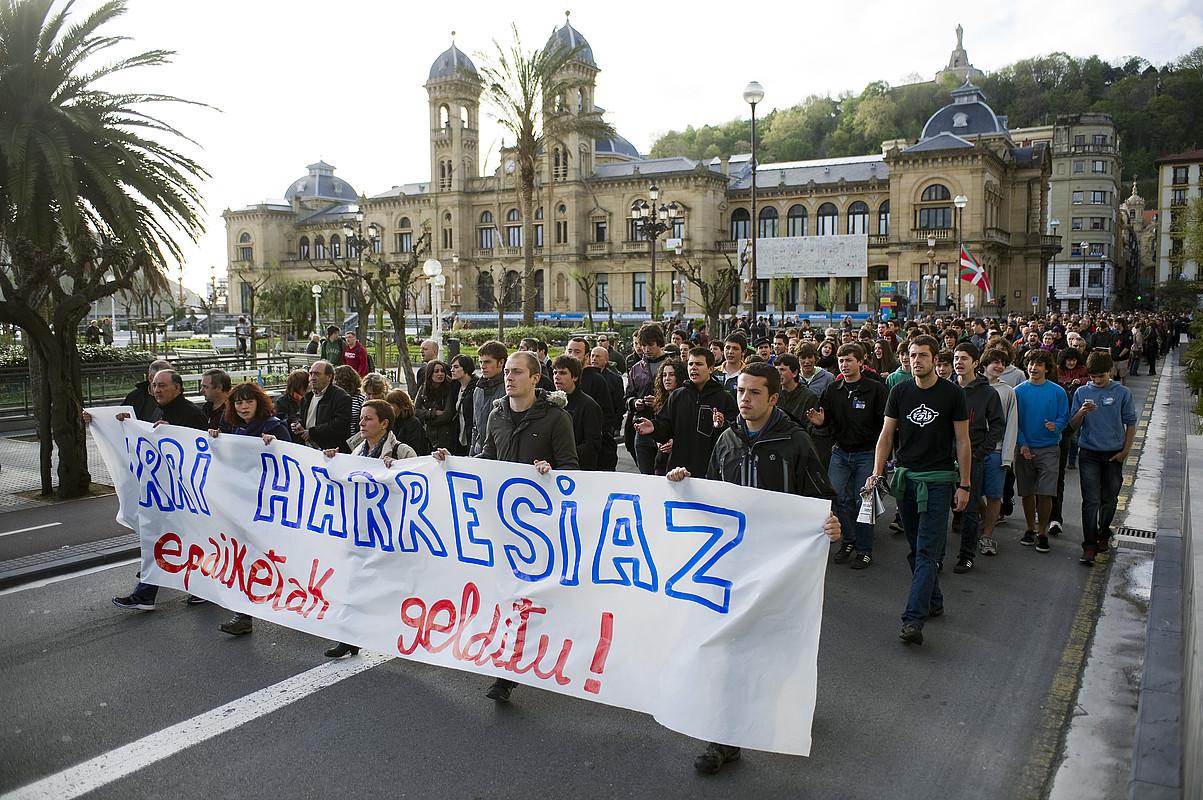 Milaka pertsona bildu ziren atzo arratsaldean atxiloketak salatzeko egindako manifestazioan. / JUAN CARLOS RUIZ / ARP