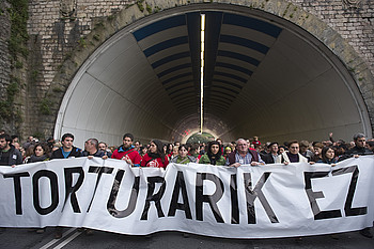 Inkomunikazioa amaitzeko exijitu zuten milaka herritarrek 2010eko urriaren 30ean, torturaren auka Donostian eginiko manifestazioan. / JON URBE / ARGAZKI PRESS