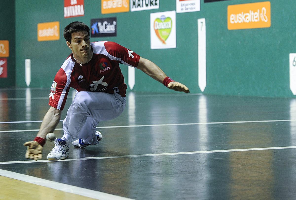 Mikel Beroiz bere burua lurrera botatzen, pilota zail bat bueltatzeko, atzoko partidan. ©JAGOBA MANTEROLA / ARGAZKI PRESS