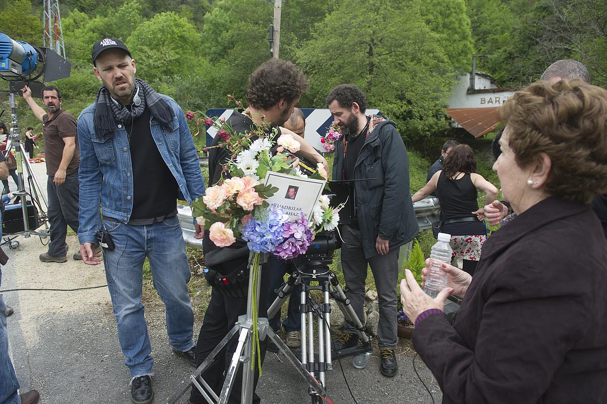 Jose Mari Goenaga eta Jon Garaño zuzendariak eta Itziar Aizpuru aktorea, filmaketa lanetan.
