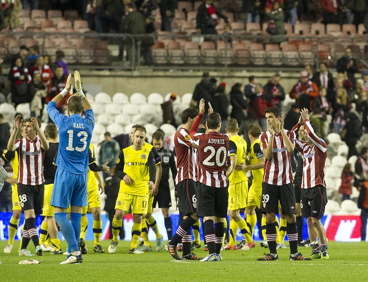Athleticeko jokalariak harmailetako ikusleak agurtzen, San Mamesen jokaturiko Europako azken partidaren amaieran. ©MONIKA DEL VALLE / A. PRESS