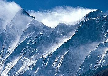 Everesten, hego isurialdean ibiltzen dira egun bisitari gehien; behe kanpalekutik gailurreraino, soka trinkoak jarri dituzte igotzen laguntzeko .