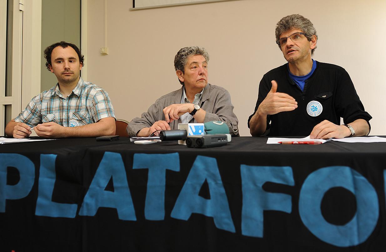 Nikolas Blain, Martine Bisauta eta Jakes Bortairu Batera-ko kideak, atzoko prentsaurrekoan. / GAIZKA IROZ
