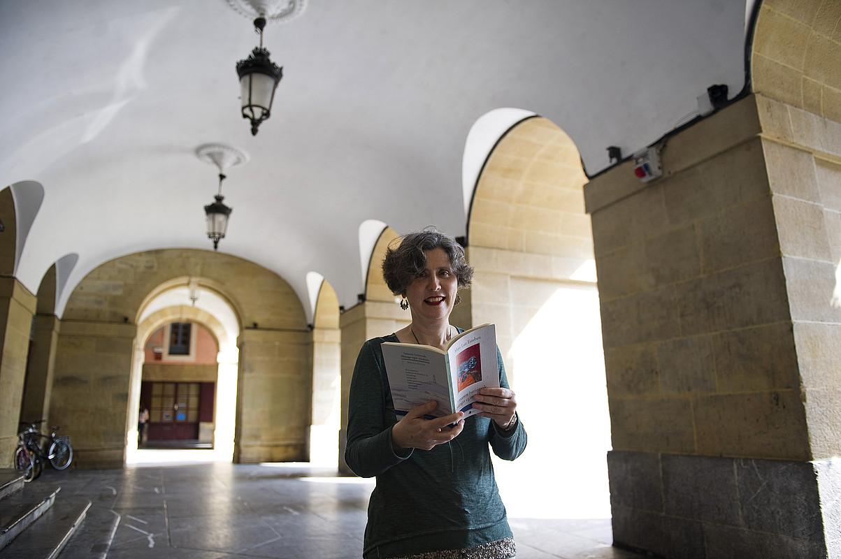 Mari Luz Esteban, atzo, Donostian, <em>Amaren heriotzak libreago egin ninduen</em> aurkeztu aurretik. &copy;JUAN CARLOS RUIZ / ARP