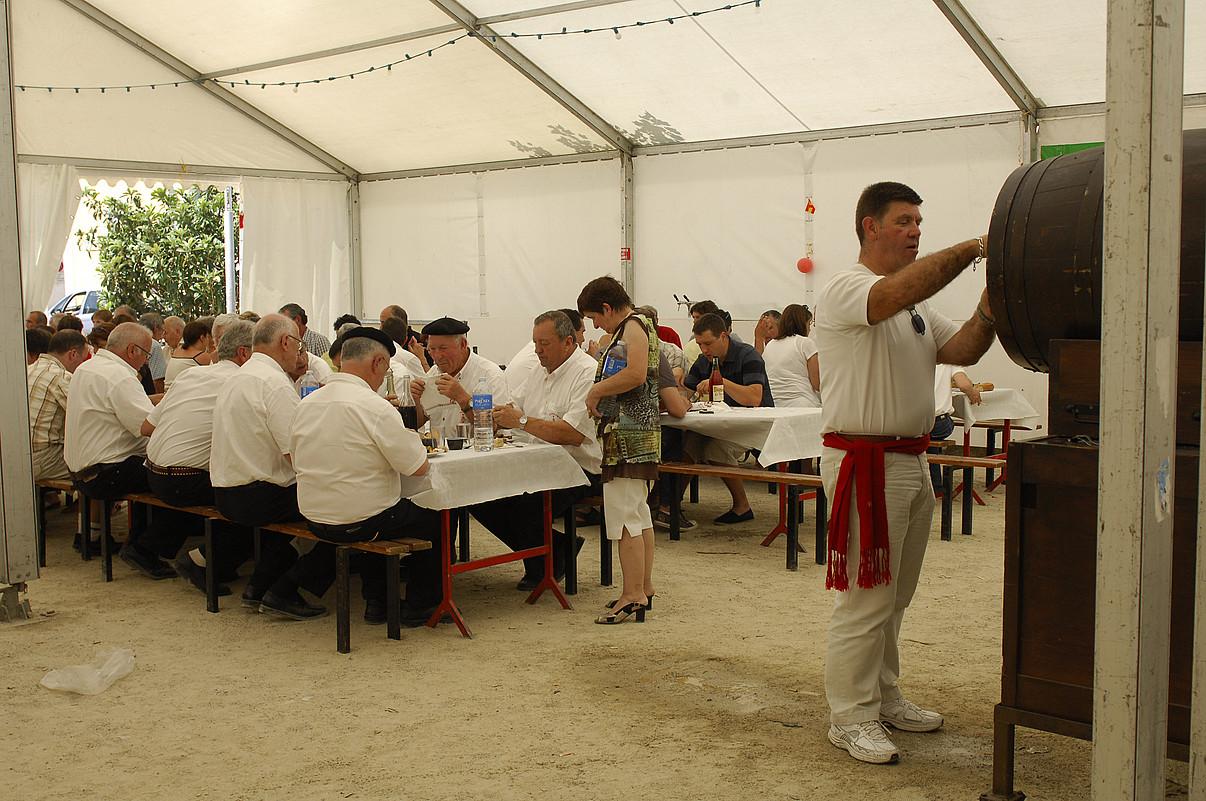 Plazako karpa handiaren azpian ematen ditu bazkariak egunero Mauleko kirol taldeen elkarteak. ©GAIZKA IROZ