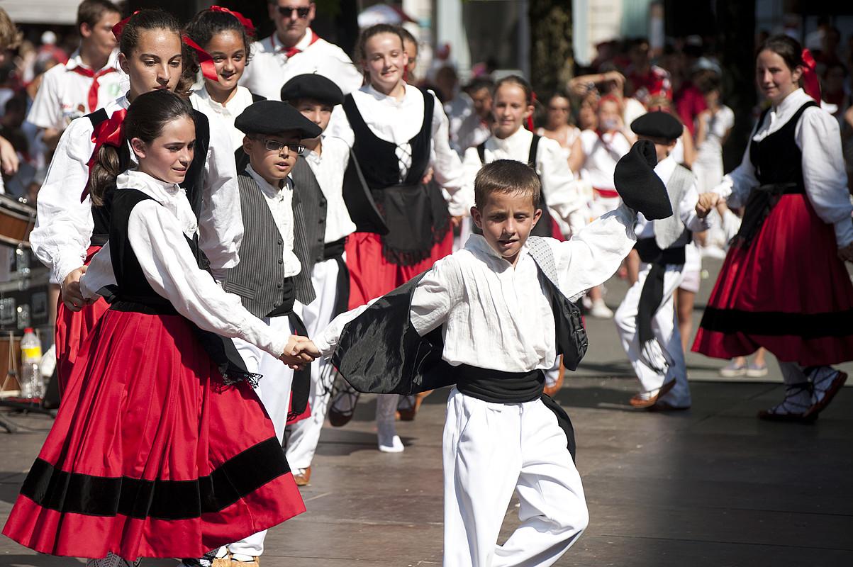 Dantzak ere badu tokia Karrikaldian; ostegunean, dantzari gazteak aritu ziren oholtza gainean. ©JOANES ETXEBARRIA