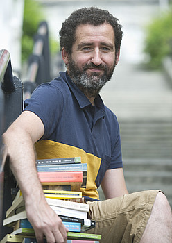 Jon Garaño, elkarrizketara eramandako liburuekin. / JON URBE  / ARGAZKI PRESS