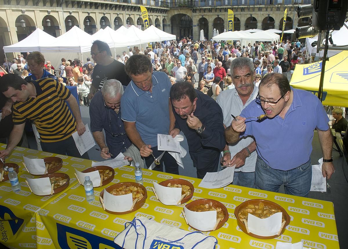 Sukaldari entzutetsuek osatu zuten epaimahaia; Konstituzio plaza bete egin zen eguerdian, lehiaketaren irabazleen izenak jakiteko. ©JON URBE / ARGAZKI PRESS