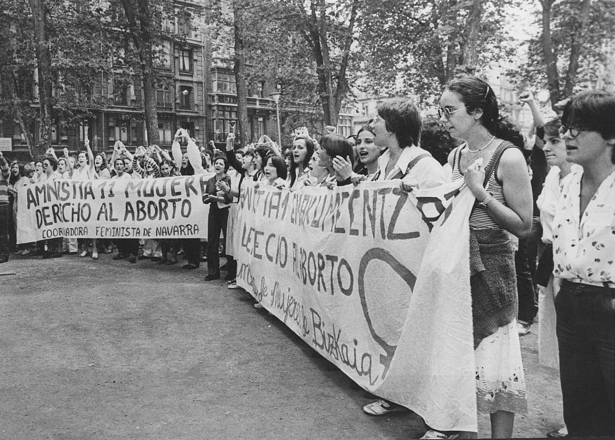 Auzipetuentzako amnistia eskatzeko, manifestazio jendetsuak egin zituzten feministek. Irudian, martxa horietako baten amaiera. / EL CORREO