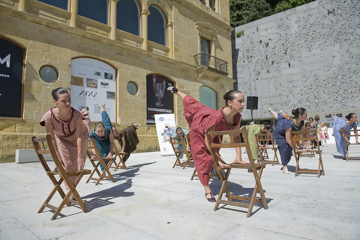 Kresala eta Verdini dantza taldeek urteurrenerako sortutako emanaldia eskainiko dute gaur. ©JUAN CARLOS RUIZ / ARP