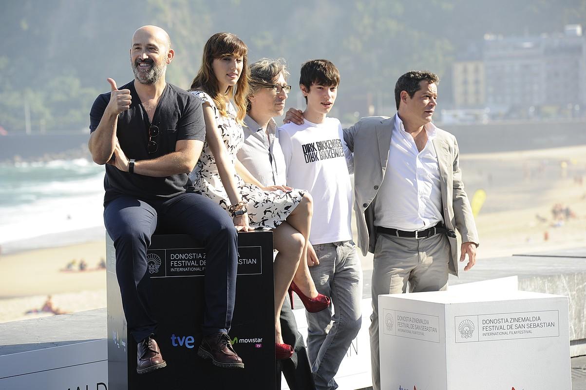 David Trueba zuzendaria (ezkerretik hirugarrena) filmeko aktoreekin, atzo, Donostian. / JON URBE / ARGAZKIPRESS