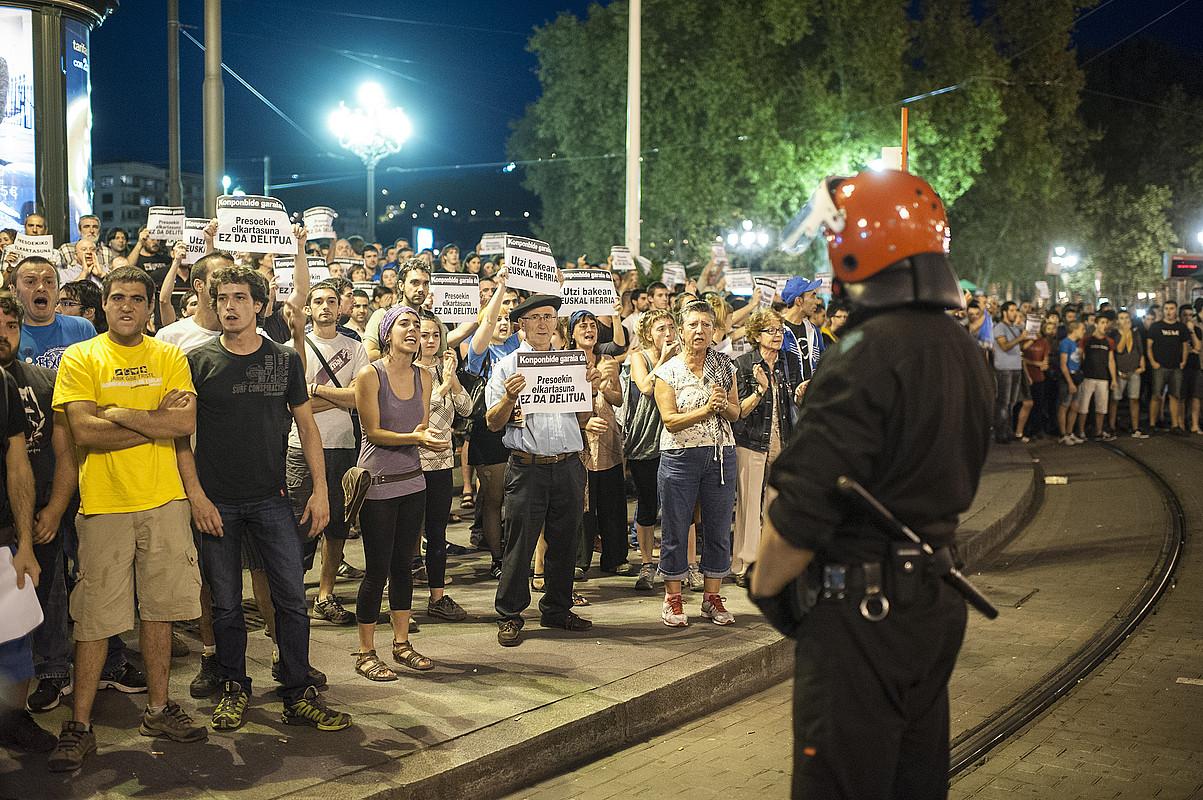Bilbon, Arriaga plazan egin zuten protesta atzo. Han du egoitza Herrira-k. Tentsio uneak izan ziren. / JON HERNAEZ / ARP