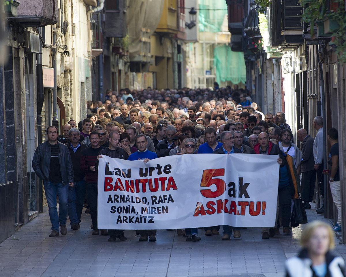 Manifestazio jendetsua egin zuten atzo, Elgoibarren, zigortutako bostak libre uzteko eskatuz. / GORKA RUBIO / ARGAZKI PRESS
