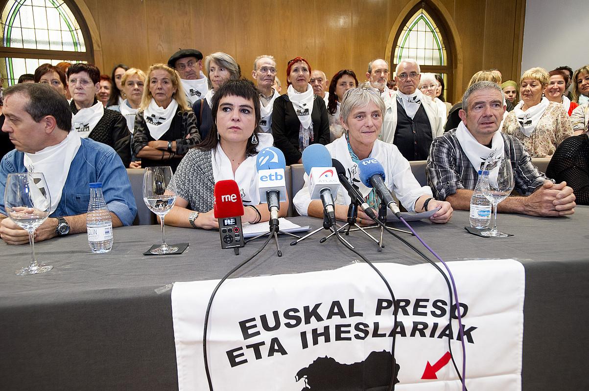 Etxerat elkartearen agerraldia atzo, Iruñean. Erdian Nagore Lopez Luzuriaga eta Idoia Mujika. / IÑIGO URIZ/ ARGAZKI PRESS