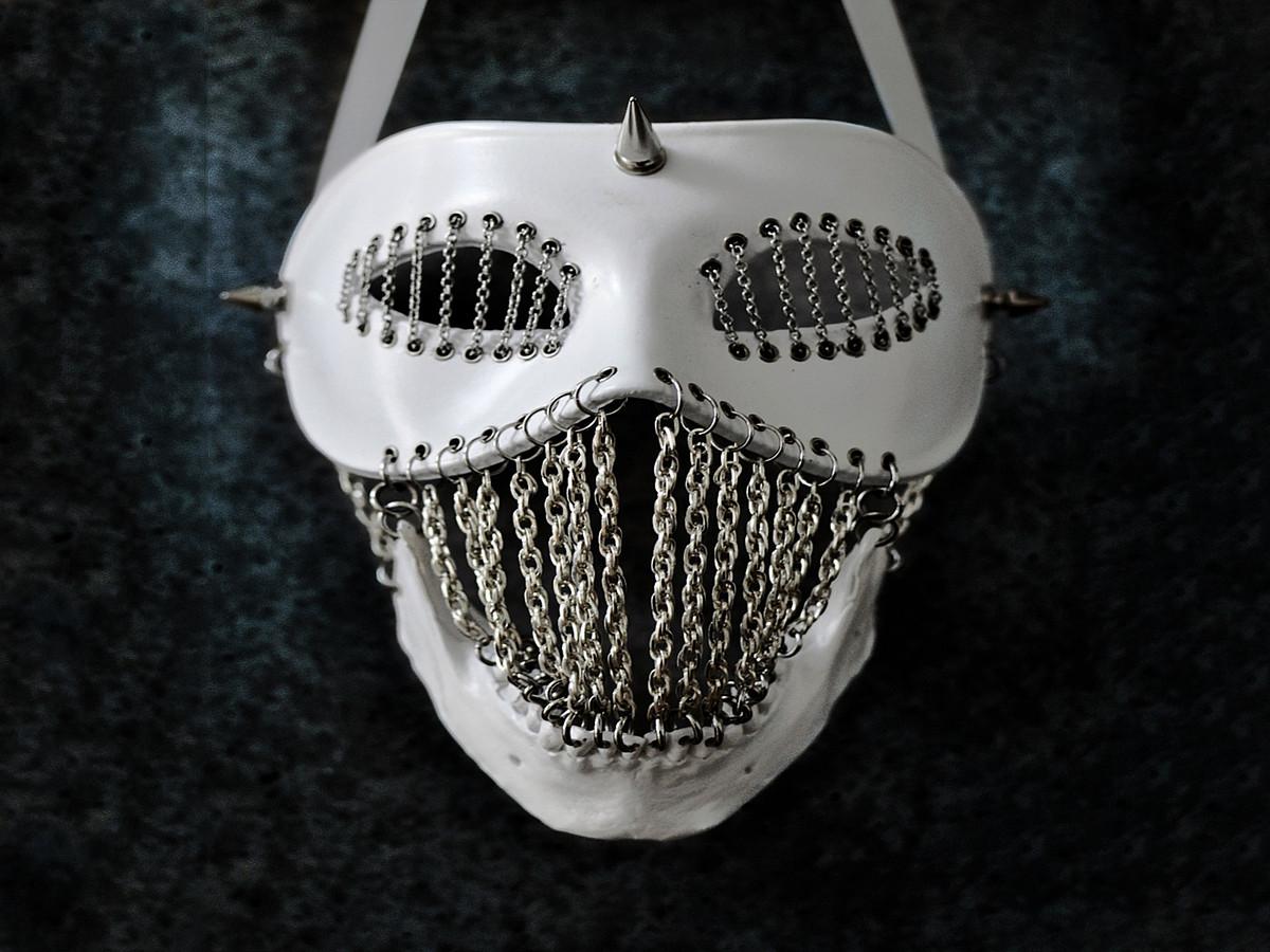 Dark Writer idazle brasildarrarentzat Joji Kojima bitxi diseinatzaile japoniarrak eginiko maskara.