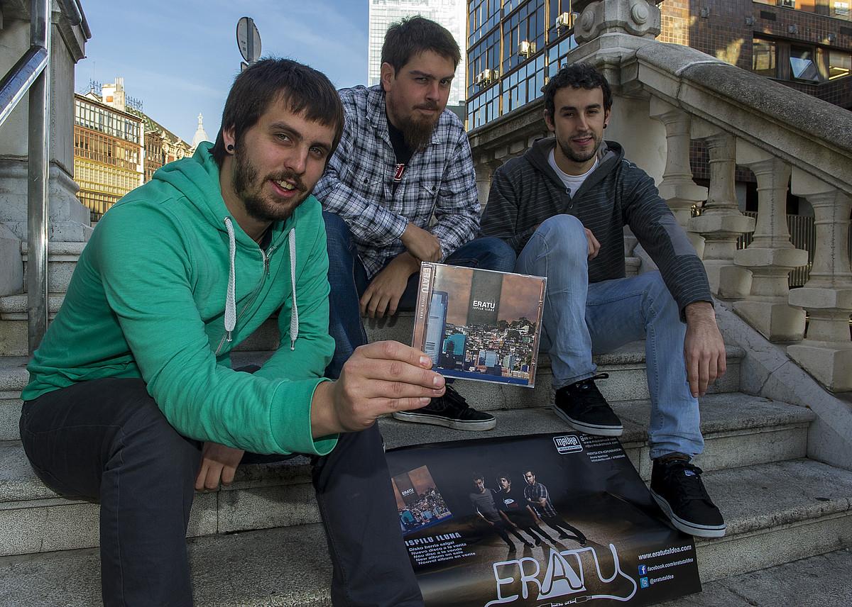 Eratu taldeko kideak, <em>Ispilu iluna</em> diskoarekin. ©MONIKA DEL VALLE / ARGAZKI PRESS