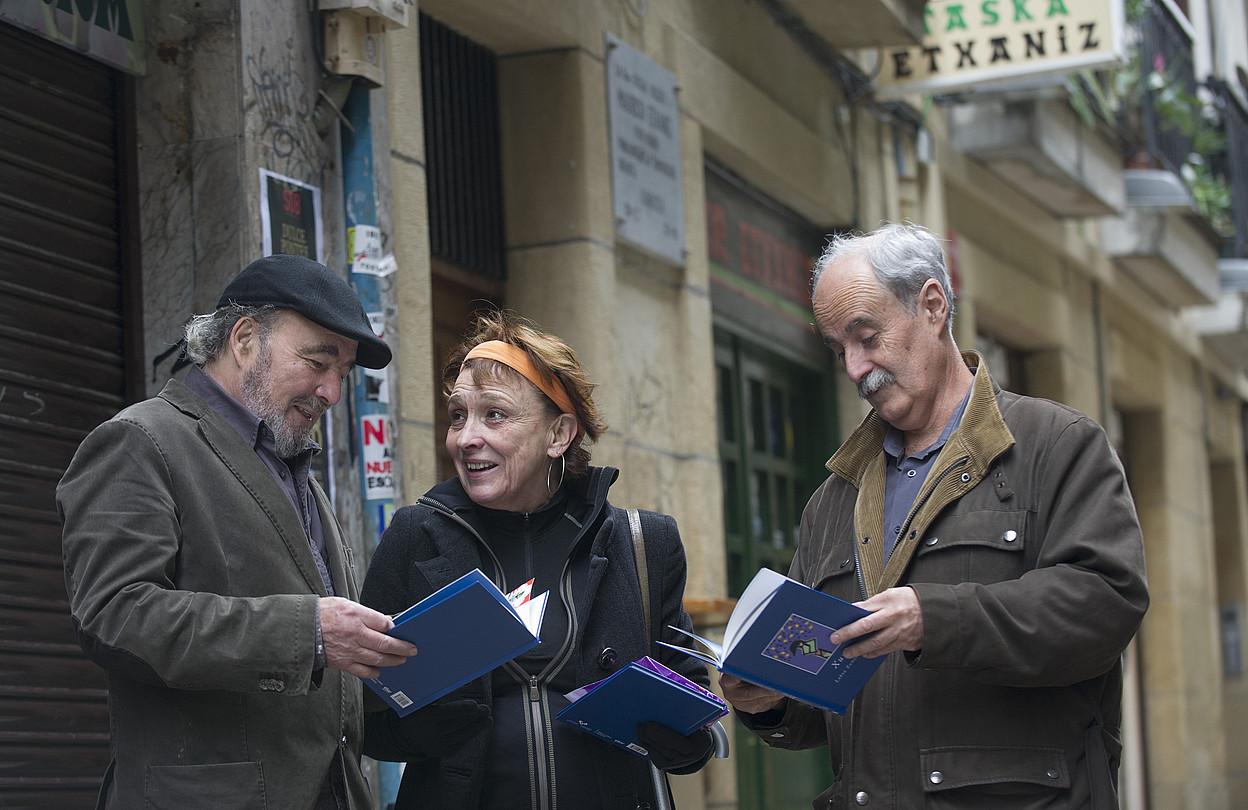 Jose Luis Zumeta, Marisol Bastida eta Juan Kruz Igerabide, <em>Xume</em> liburua eskutan dutela. ©JON URBE / ARGAZKI PRESS