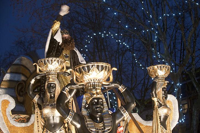 Gaspar erregea haurrak agurtzen iazko Donostiako desfilean.