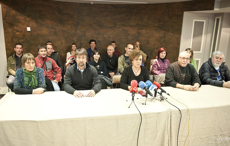 EPPKren bitartekari taldea osatzen duten 25 lagunak, 2012ko uztailaren 2an eginiko aurkezpenean. / MARISOL RAMIREZ / ARGAZKI PRESS