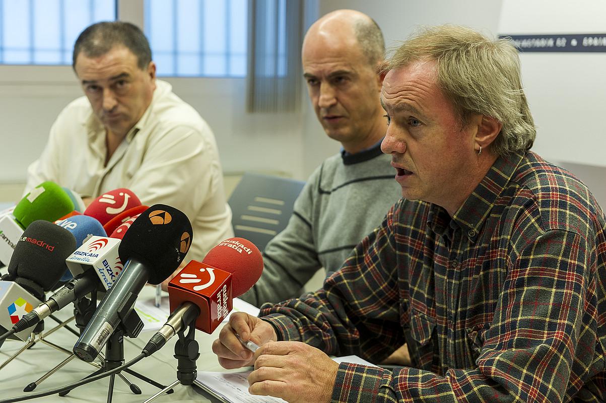 Karmelo Landa, Sabin del Bado eta Jon Gorrotxategi, atzoko agerraldian. ©MONICA DEL VALLE / ARGAZKI PRESS