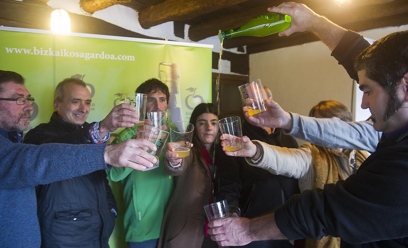 Sagardo ekoizleak eta Alex Txikon, Bizkaiko sagardo sasoiaren aurkezpenean topa egiten. ©LUIS JAUREGIALTZO / ARGAZKI PRESS