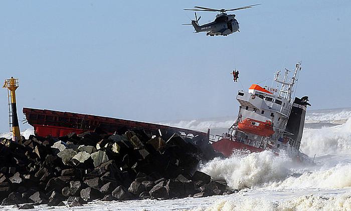 Zamaontzia, atzo, Angeluko barran, hautsita, olatu harroen artean. Helikopteroan atera behar izan zituzten eskifaiakoak. ©BOB EDME