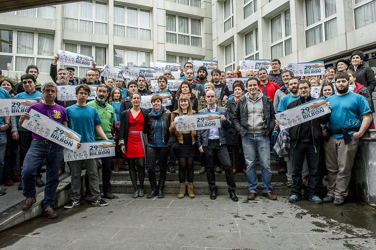 Gure Esku Dago mugimenduko kideak, atzo, Donostian. / GORKA RUBIO / ARGAZKI PRESS