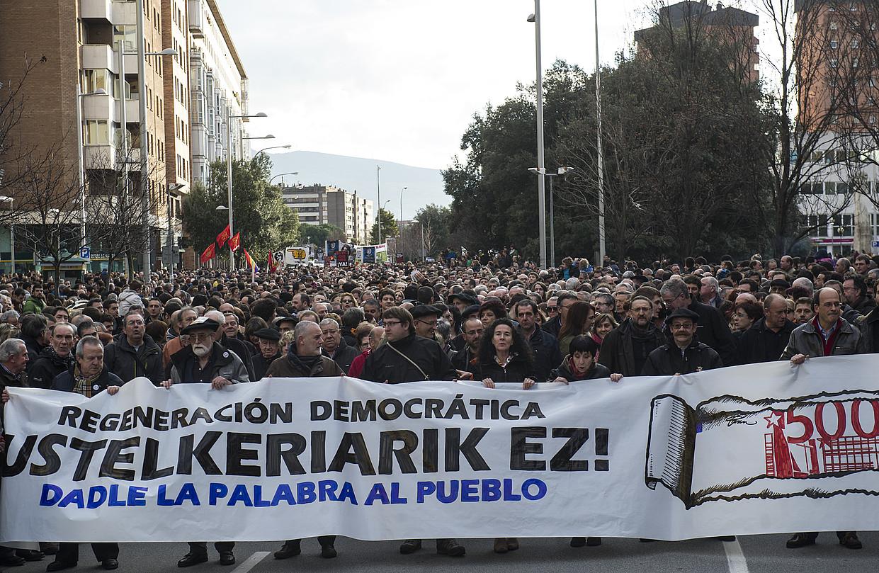 <em>Eraberritze demokratikoa. Ustelkeriarik ez. Eman hitz herriari</em> leloa eraman zuten atzo Iruñean egindako martxaren buruan. / JAGOBA MANTEROLA / ARGAZKI PRESS