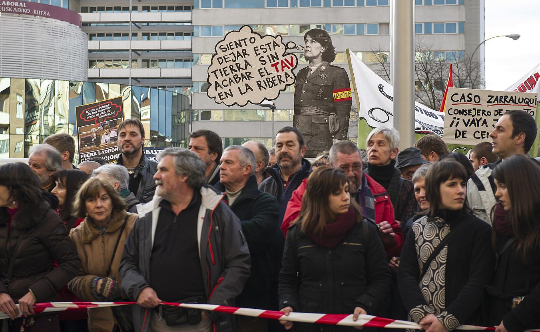 Milaka herritar atera zen atzo karrikara Iruñean; haserrea agertu zioten UPNren gobernuari. / JAGOBA MANTEROLA / ARGAZKI PRESS