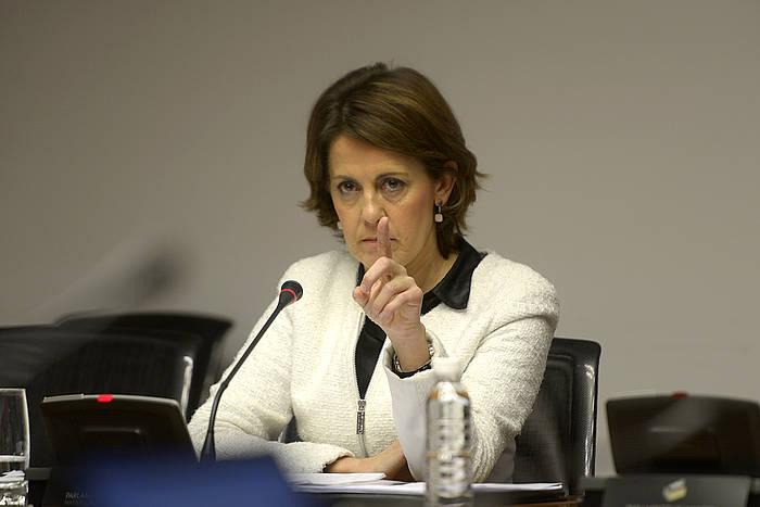 Yolanda Barcina Nafarroako presidentea, atzo, parlamentuko ikerketa batzordean. / VILLAR LOPEZ / EFE