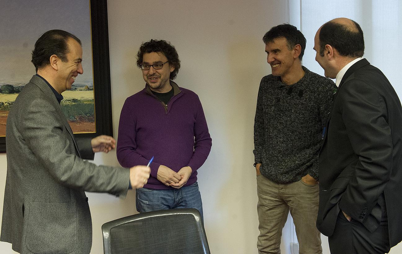 Carlos Garcia Adanero (UPN), Txema Mauleon (Ezkerra), Bikendi Barea (Bildu) eta Manu Aierdi (Geroa Bai), atzo, parlamentuan. / JAGOBA MANTEROLA / ARP